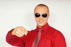 Jeune homme d'affaires dans des lunettes de soleil photographie stock libre de droits