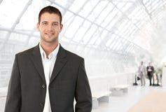 Jeune homme d'affaires dans l'entrée de bureau Image stock