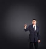 Jeune homme d'affaires dans l'inscription formelle de vêtements Photo libre de droits