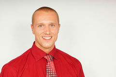 Jeune homme d'affaires dans la chemise rouge Image stock
