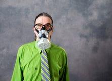 Jeune homme d'affaires dans la chemise verte avec le masque de gaz photos libres de droits