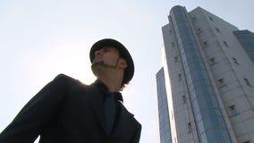 Jeune homme d'affaires dans la ville banque de vidéos