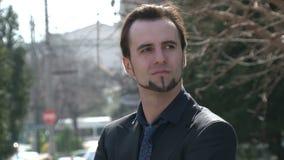 Jeune homme d'affaires dans la ville clips vidéos
