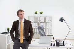 Jeune homme d'affaires dans le bureau Photos libres de droits