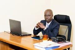 Jeune homme d'affaires dans le bureau avec du café Photographie stock libre de droits