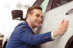 Jeune homme d'affaires dans le Salon de l'Automobile Images stock