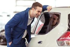 Jeune homme d'affaires dans le Salon de l'Automobile Photo stock