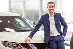 Jeune homme d'affaires dans le Salon de l'Automobile Images libres de droits