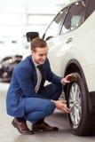 Jeune homme d'affaires dans le Salon de l'Automobile Photos stock