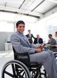 Jeune homme d'affaires dans un fauteuil roulant lors d'un contact Photos stock