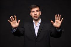 Jeune homme d'affaires dans un procès noir Photo libre de droits