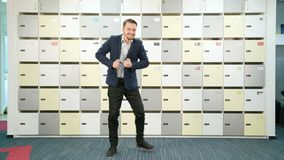 Jeune homme d'affaires dansant à l'intérieur banque de vidéos