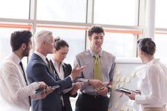 Jeune homme d'affaires de démarrage faisant la présentation à l'investio supérieur Images stock