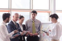 Jeune homme d'affaires de démarrage faisant la présentation à l'investio supérieur Photographie stock