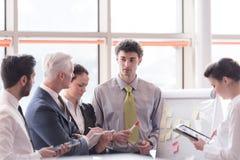 Jeune homme d'affaires de démarrage faisant la présentation à l'investio supérieur Image stock