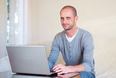 Jeune homme d'affaires de Handsom travaillant à la maison Images stock