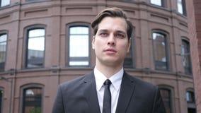 jeune homme d'affaires de marche banque de vidéos