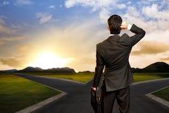 Jeune homme d'affaires devant un carrefour Photos stock