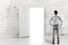 Jeune homme d'affaires devant une porte ouverte photo libre de droits