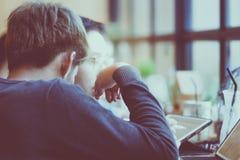 Jeune homme d'affaires discuter avec son ami au sujet de comment aux increas photo libre de droits