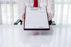 Jeune homme d'affaires donnant un résumé Image libre de droits