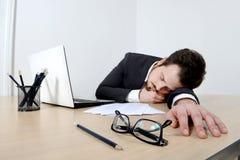 Jeune homme d'affaires dormant sur le bureau Photos libres de droits