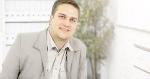 Jeune homme d'affaires en plan rapproché de bureau Photos libres de droits
