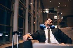 Jeune homme d'affaires endormi dans le salon d'aéroport Photos libres de droits