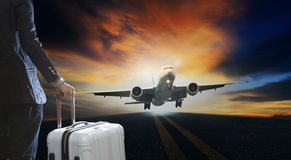 Jeune homme d'affaires et valise de bagage se tenant avec le passager Photos stock