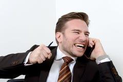 Jeune homme d'affaires fâché cassant un crayon avec des dents Image libre de droits