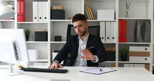 Jeune homme d'affaires faisant le geste négatif avec la main et regardant l'appareil-photo banque de vidéos