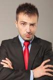 Jeune homme d'affaires faisant un visage drôle images stock