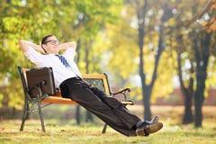 Jeune homme d'affaires faisant une pause après travail Photo stock