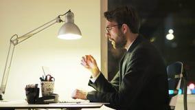 Jeune homme d'affaires fatigué Falling Asleep During des heures supplémentaires clips vidéos