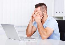 Jeune homme d'affaires fatigué frottant ses yeux Photographie stock libre de droits