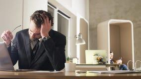 Jeune homme d'affaires fatigué Yawning During Work clips vidéos