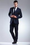 Jeune homme d'affaires fermant sa veste image stock