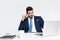 jeune homme d'affaires focalisé utilisant l'ordinateur portable sur le lieu de travail images stock