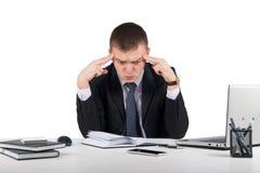 Jeune homme d'affaires frustrant travaillant sur l'ordinateur portable au bureau Photos libres de droits