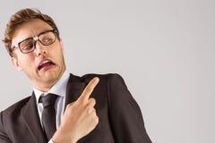 Jeune homme d'affaires geeky indiquant l'épaule Photographie stock libre de droits