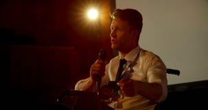 Jeune homme d'affaires handicapé caucasien parlant dans le séminaire d'affaires dans l'amphithéâtre 4k banque de vidéos