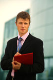 Jeune homme d'affaires heureux Images stock