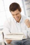 Jeune homme d'affaires heureux au sujet des nouvelles Image stock