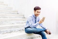 Jeune homme d'affaires heureux et amical employant ou travaillant à Smart P Photo libre de droits