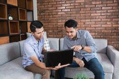 Jeune homme d'affaires heureux se réunissant à la maison Photo libre de droits