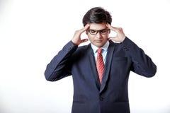 Jeune homme d'affaires indien avec le mal de tête au-dessus du fond blanc photos stock