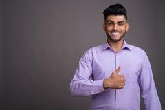 Jeune homme d'affaires indien bel sur le fond gris photo libre de droits