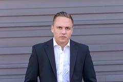 Jeune homme d'affaires intense réfléchi photos libres de droits