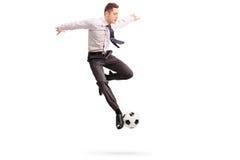 Jeune homme d'affaires jouant le football Image libre de droits