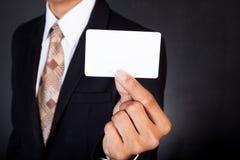 Jeune homme d'affaires jugeant la carte disponible Photographie stock